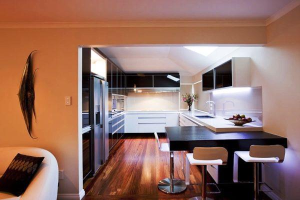 Творческий подход к малогабаритной кухне без окна превратит ее недостатки в преимущества