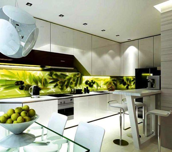 Использование стекла с нанесением печати является отличной идеей для отделки фартука на кухне в стиле хай-тек