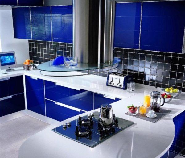 Синий цвет сделает особый акцент в интерьере кухни в стиле хай-тек