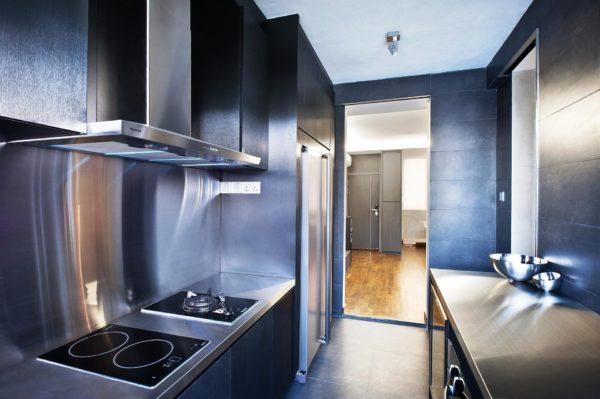 Современный кухонный гарнитур в стиле хай-тек с отделкой металлик