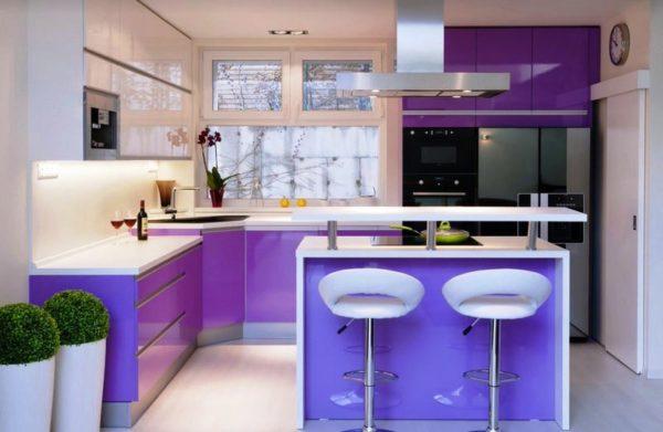 Необычное включение фиолетового цвета в дизайне придаст кухне особую изюминку