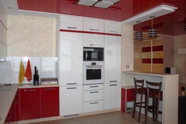 Пример компактного расположения мебели и техники в интерьере маленькой кухни в стиле хай-тек