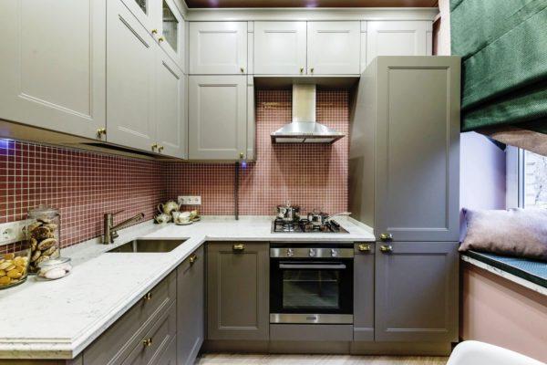 На малогабаритной кухне все оборудование устанавливается вплотную к стенам, чтобы максимально сэкономить пространство