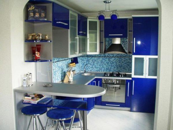 Необычно, но уютно смотрится небольшая кухня в синем цвете