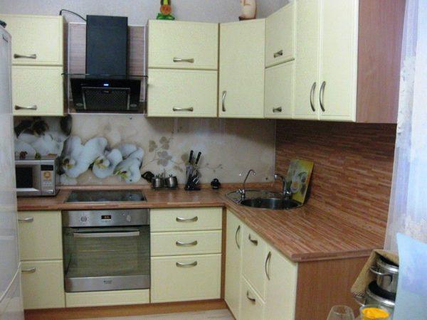 На тесной кухне мойку удобней всего расположить в углу