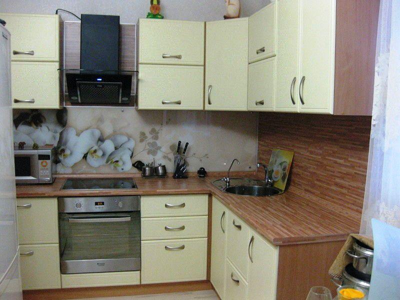 На тесной кухне мойку удобней всего расположить в у