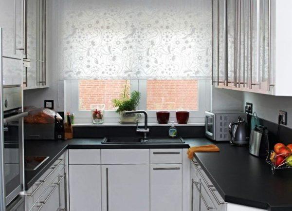 Белый оттенок в интерьере кухни 6 м кв. выглядит элегантно и аккуратно