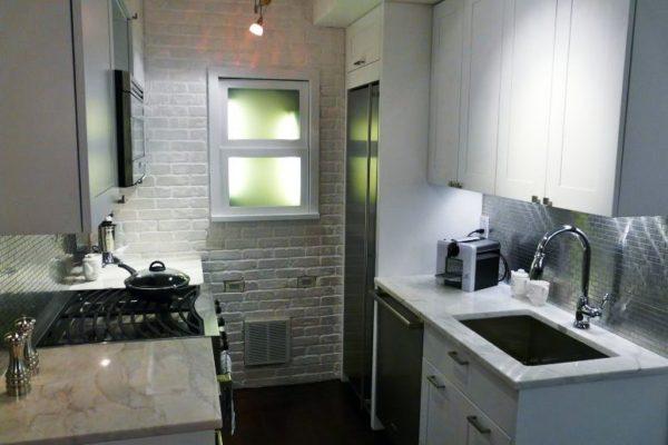 А это фото нам показывает, как обустроить интерьер маленькой кухни 6 кв. м без окна