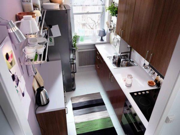 Использование двухрядной планировки в дизайне маленькой кухни прямоугольной формы требует достаточной ширины