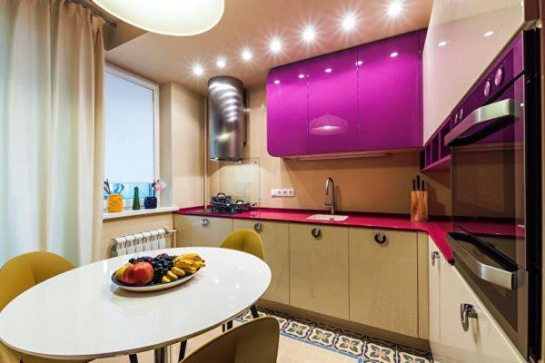 При угловой или Г-образной планировке маленькой кухни прямоугольной формы гарнитур устанавливается по обе стороны смежных стен, что позволяет расширить помещение
