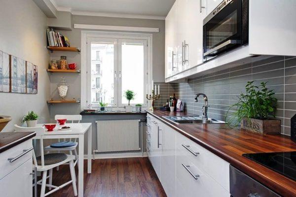Однорядная планировка маленькой прямоугольной кухни оставляет свободный доступ к окну