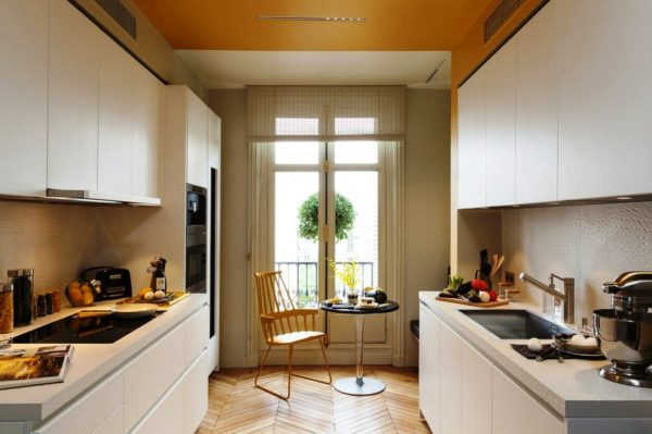 Мебель белого цвета придаст кухне кухне с малой площадью дополнительный объем