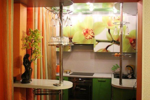 Отделка играет важную роль в дизайне интерьера малогабаритной кухни прямоугольной формы