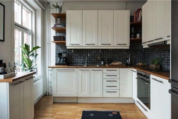 Дизайн в малогабаритной кухни прямоугольной планировки должен быть функциональным и стильным