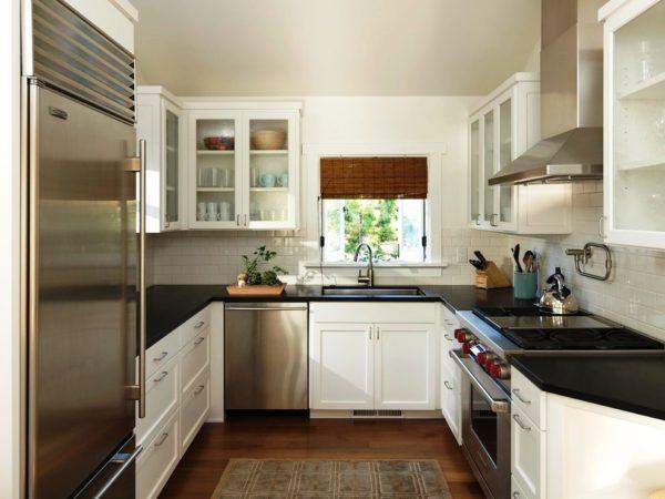 Сочетание черно-белого цвета в дизайне интерьера маленькой кухни прямоугольной формы создадут контраст и добавят уникальности обстановке