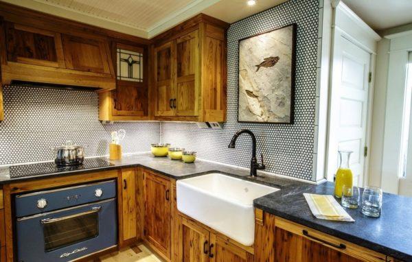 Белый и бирюзовый прекрасно сочетаются вместе, а древесный добавляет теплоты и уюта, в итоге получилось яркое и колоритное помещение маленькой кухни