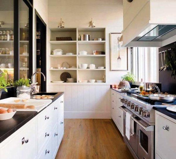 Открытые полочки в дизайне малогабаритной кухни облегчают интерьер