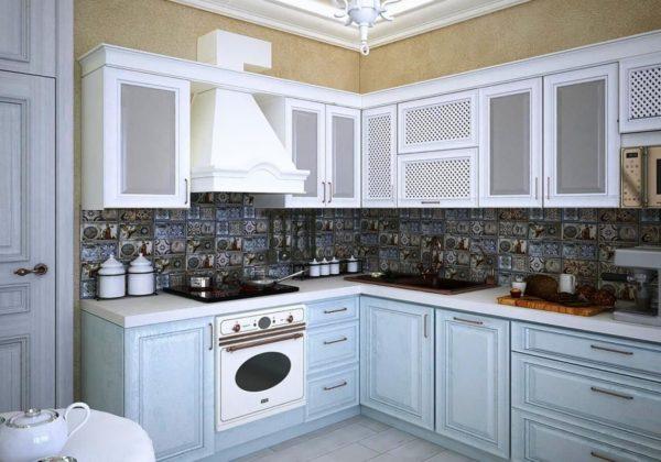 Дизайн маленькой кухни в загородном доме выполненный в белом цвете