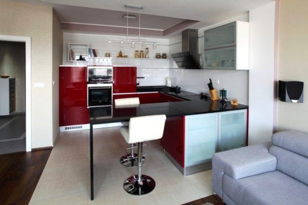 Фото дизайна маленькой кухни в квартире студии