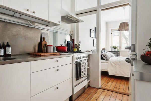 выдвижной стеклянной перегородки для отделения кухни от спальни в малогабаритной квартире студии