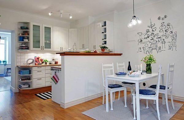В кухонной зоне необходимо равномерно распределить приборы освещения по всей площади