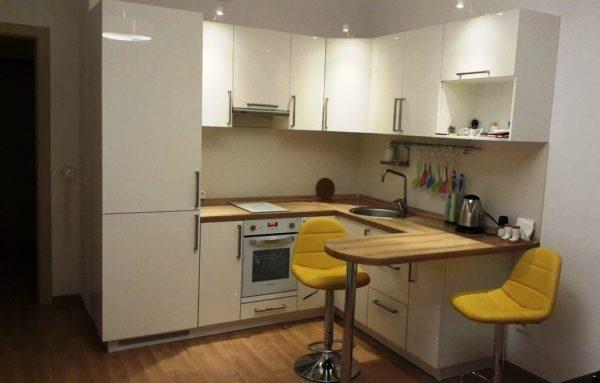 При маленькой площади на кухне рекомендуется отказаться от темных цветов мебели