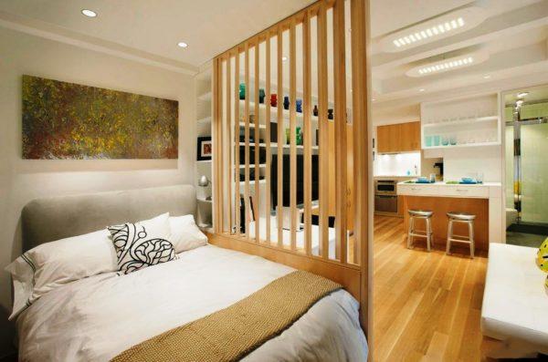 Оригинальное решение разделения кухонной зоны и спальни