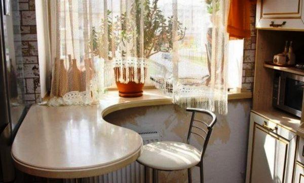Вот такой интересный лайфхак, стол и подоконник для дизайна маленькой кухни