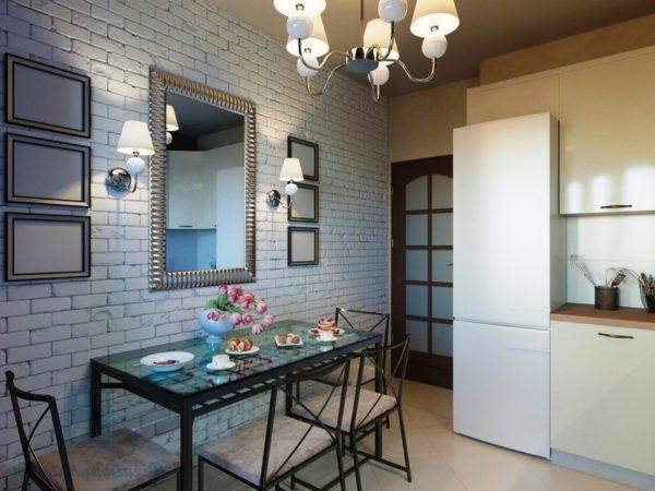 Зеркало на кухне с малой площадью зрительно увеличивает пространство