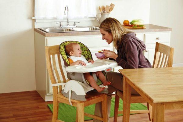 На этом фото еще один интересный лайфхак - можно поставить маленький стульчик на большой кухонный стул и привязать его