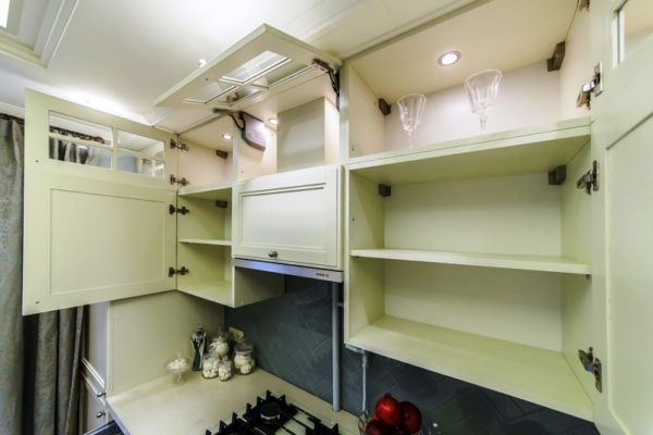 Просторные полки вместят в себя много кухонных принадлежностей