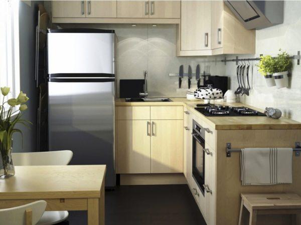 Дизайн маленькой кухни гостиной с мебелью бежевого цвета придаст тепла и уюта
