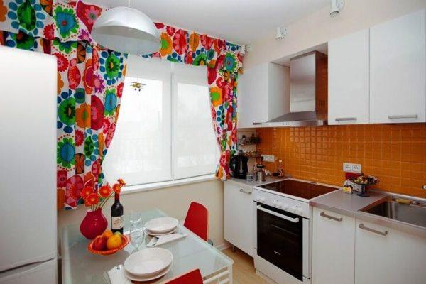 Кухня считается неотъемлемой частью для каждого жилого помещения, чтобы обустроить это пространство наиболее функционально, следует продумать все до мелочей, особенно, если кухня имеет небольшую квадратуру