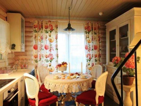 В стиле прованс интерьер дачной кухни может быть по-домашнему уютным
