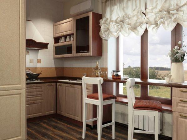 Узкая столешница, расположенная вдоль окна, сэкономит пространство малогабаритной дачной кухни