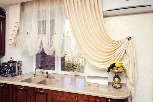 При выборе штор открывается прекрасная возможность пофантазировать, можно подбирать шторы из нескольких материалов одновременно (например, хлопок и шелк) или составлять композицию из разных штор, что поможет сделать кухонное окно ярким и динамичным, а пространство на маленькой кухне просторным