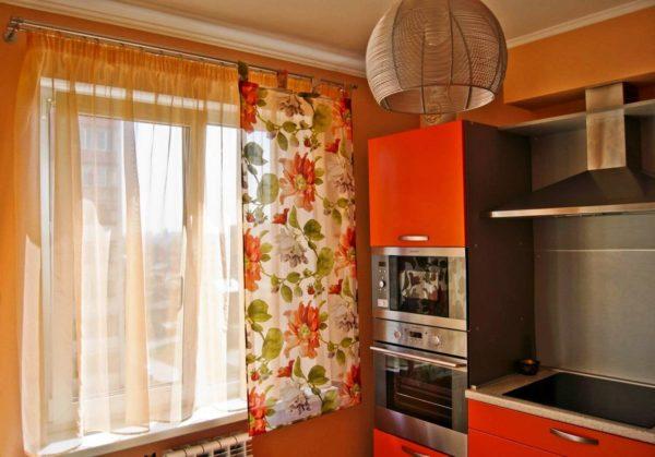 Яркие цвета штор и кухонного гарнитура должны гармонировать между собой