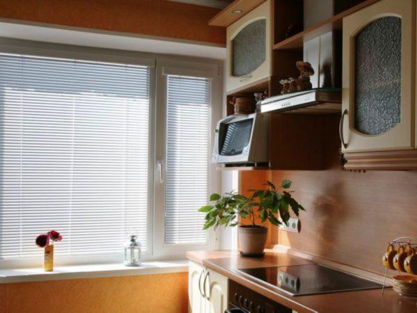 Жалюзи на окнах удобны и просты в уходе