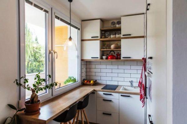 Дизайн малогабаритной кухни с окном в стиле минимализм