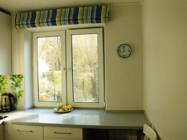 Очень удобный вариант для окна малогабаритной кухни - рулонные шторы