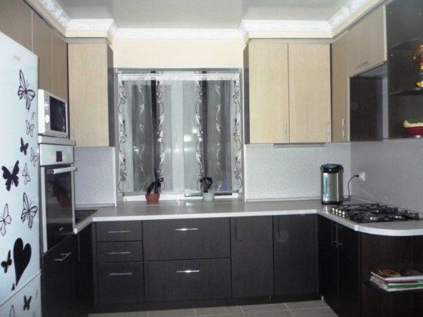 Дизайн маленькой кухни с окном