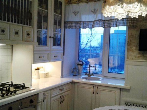 Фото дизайна малогабаритной кухни с окном в классическом стиле