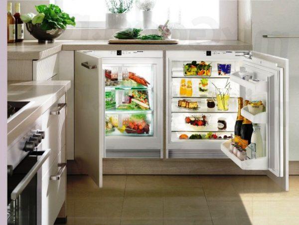 Фото еще одного нетрадиционного размещения холодильника на очень маленькой кухне в хрущевке