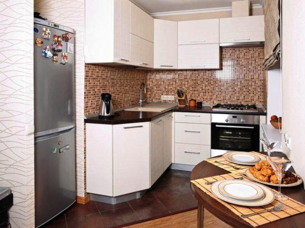 Используя в интерьере маленькой кухни угловую мебель, вы сможете разместить шкафы не только расположенные снизу, но и также сверху