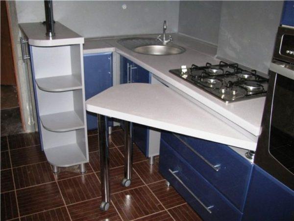 Выбирайте мебель с выдвижными секциями или отделами, в таких секциях вы не только сможете хранить необходимые вещи, но и сможете использовать их в качестве рабочей зоны.