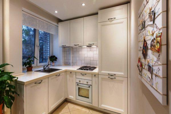 Идеальным вариантом на кухне в хрущевке будут рулонные шторы, а также можно использовать жалюзи светлых тонов