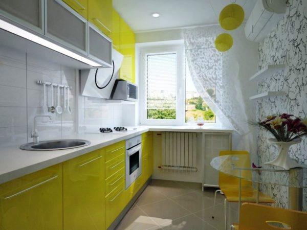 На маленькой кухне отлично смотрятся шторы из легких тканей: тюль, органза