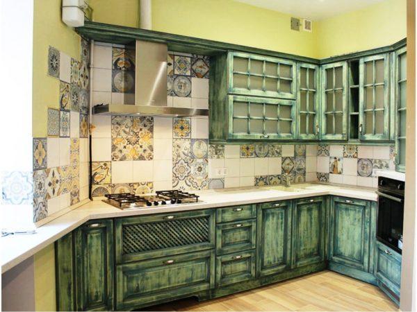 Искусственно состаренная мебель на кухне - одна из особенностей стиля прованс