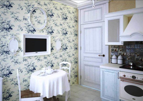 В дизайне малогабаритной кухни стиля прованс подойдут обои в цветочном стиле