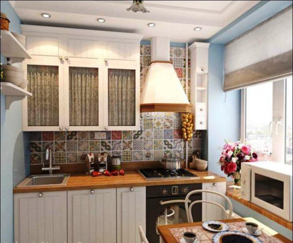 Полки с посудой, связки лука на стене - это все элементы стиля прованс в дизайне маленькой кухни